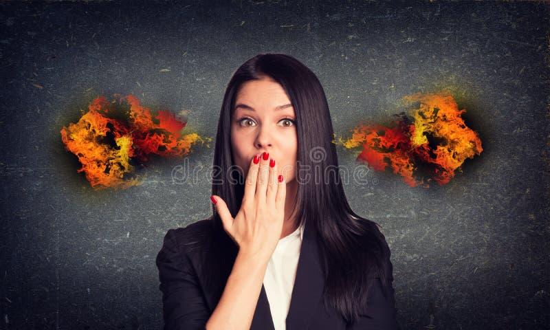 亲吻有火的妇女从耳朵 具体灰色 库存照片