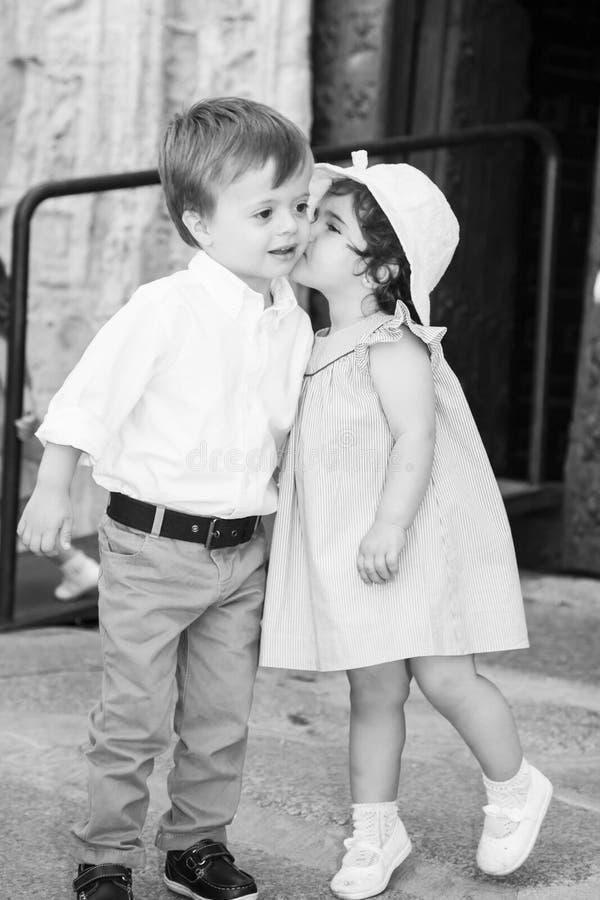 亲吻男孩的黑白全景女孩 免版税库存图片