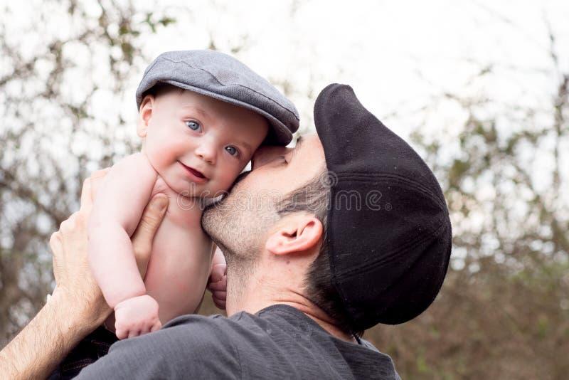 亲吻他的儿子的父亲 库存照片