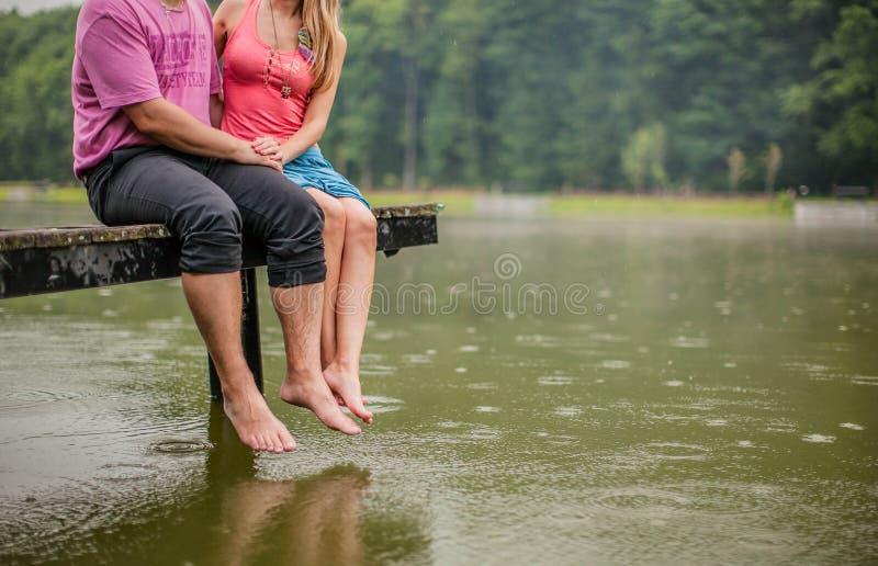 亲吻的夫妇的腿特写镜头  免版税库存图片
