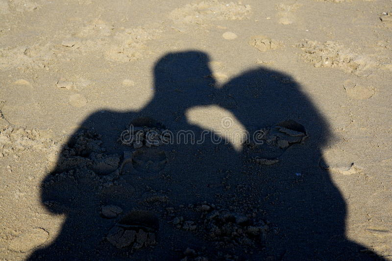 亲吻的夫妇的阴影 免版税库存照片