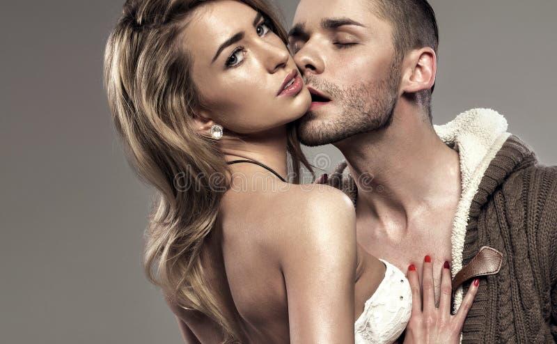 亲吻的夫妇画象  免版税库存照片