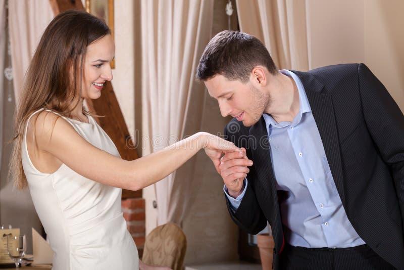 亲吻他的妇女的手的人 免版税库存图片