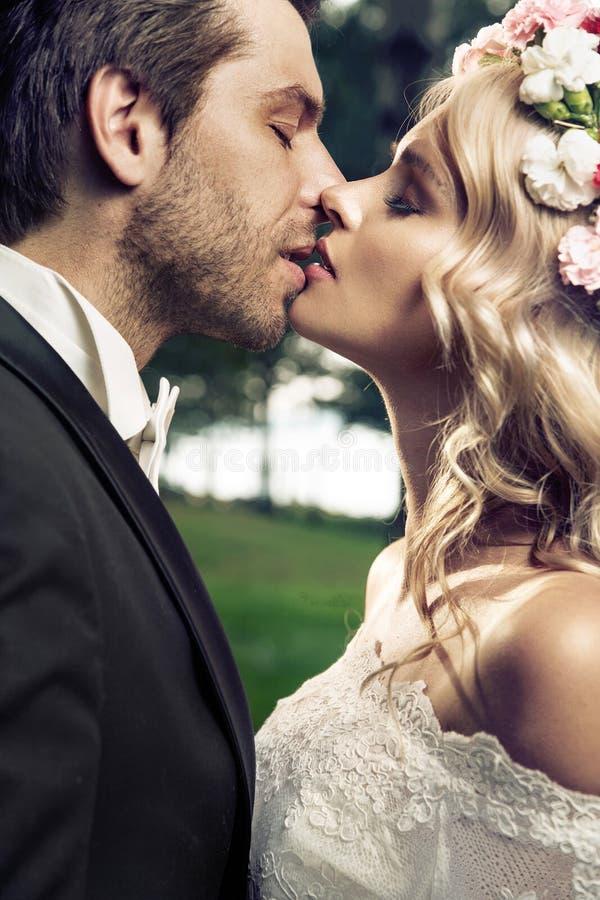 亲吻的婚姻夫妇的画象 免版税库存图片
