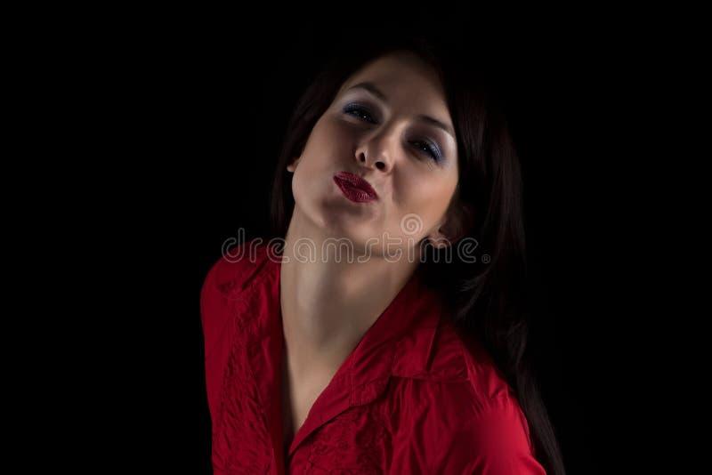 亲吻红色衬衣的妇女照片  库存照片