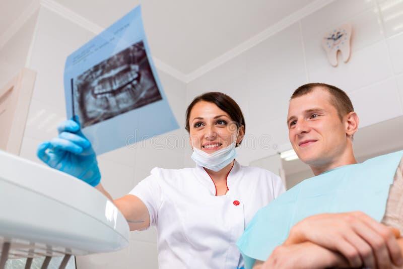 人、医学、口腔医学、技术和医疗保健概念-有牙X-射线的愉快的女性牙医在平板电脑 图库摄影