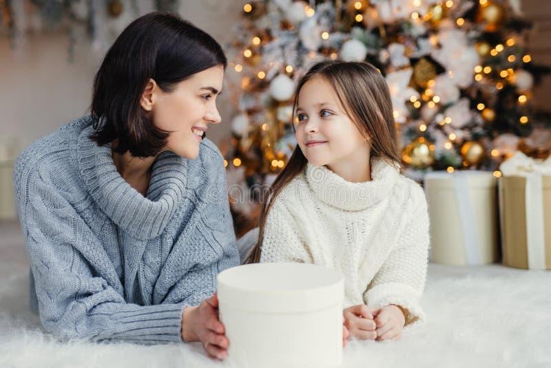 人、家庭、庆祝和假日概念 母亲和dau 库存照片
