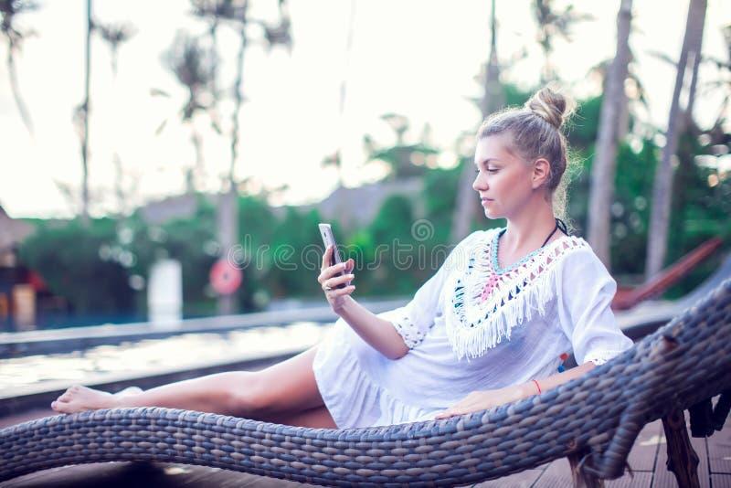 人、技术、旅行、旅游业和夏天概念-愉快的y 库存照片