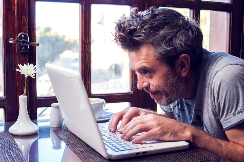 人、技术、通信和休闲概念 人冲浪的互联网,检查简短的新闻报道通过人脉,传讯 免版税库存图片