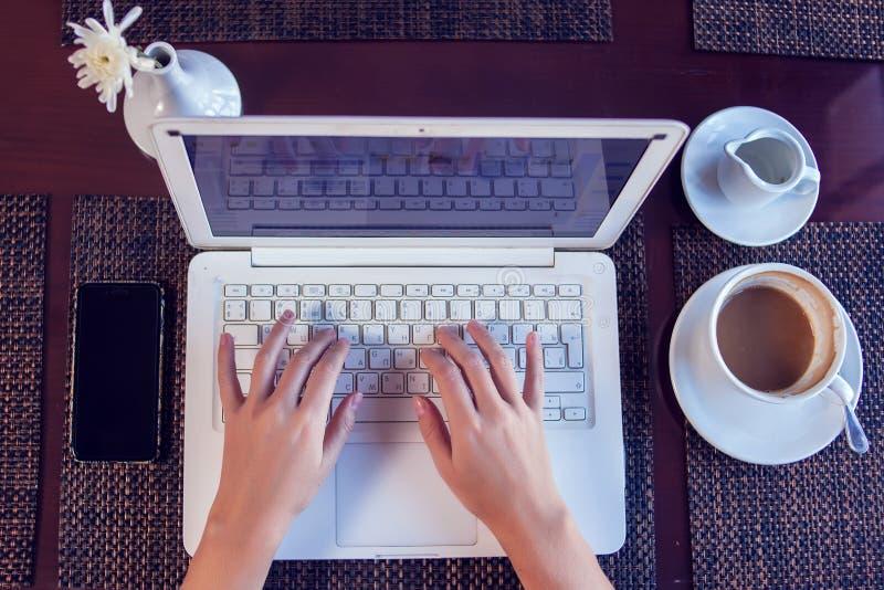 人、技术、通信和休闲概念 妇女的手播种的背面图浏览互联网的,检查简短的新闻报道通过 免版税图库摄影