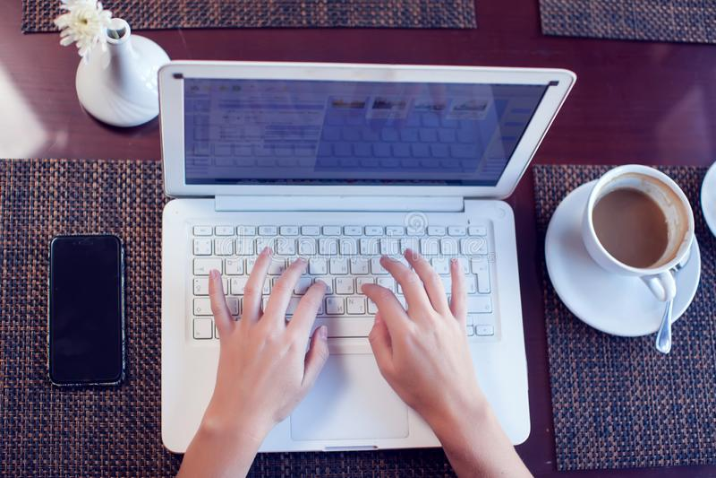 人、技术、通信和休闲概念 妇女的手播种的背面图浏览互联网的,检查简短的新闻报道通过 库存图片