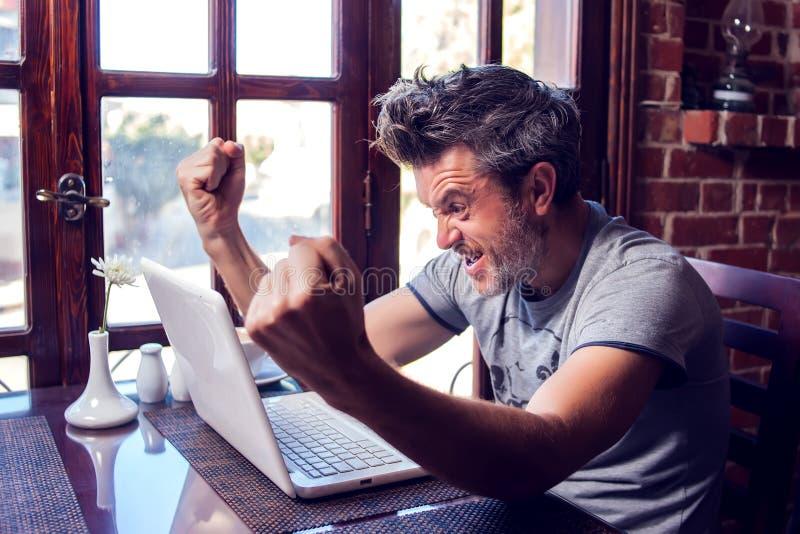 人、技术、通信和休闲概念 愉快的人冲浪的互联网,检查简短的新闻报道通过人脉, 图库摄影
