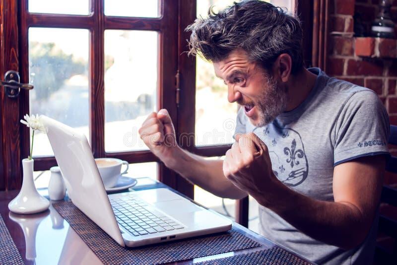 人、技术、通信和休闲概念 愉快的人冲浪的互联网,检查简短的新闻报道通过人脉, 库存照片