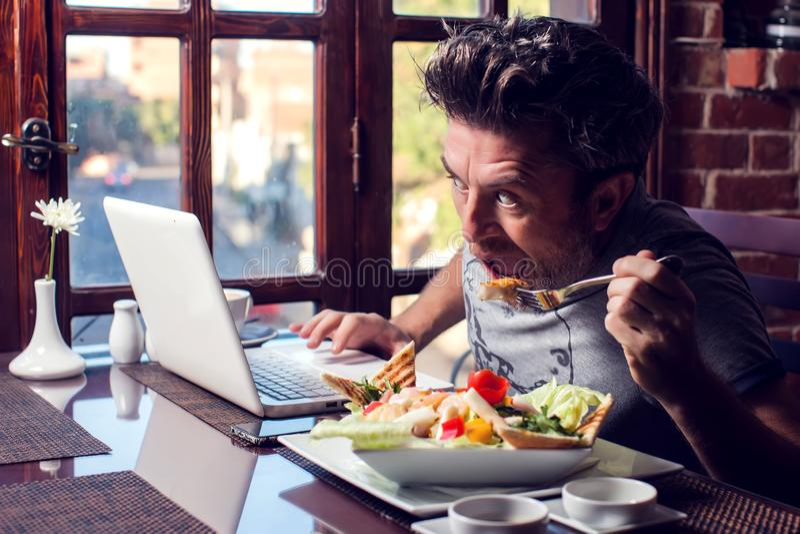 人、技术、通信和休闲概念 饥饿的人冲浪的互联网,检查简短的新闻报道通过人脉, 库存照片