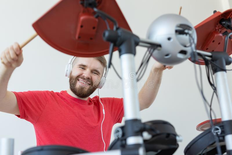 人、音乐和爱好概念-鼓手的底视图 库存图片