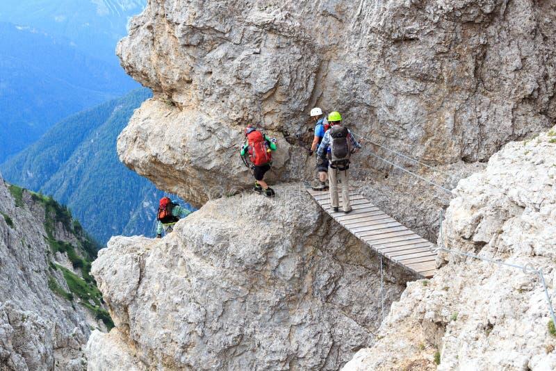 人上升通过Ferrata有桥梁的在塞斯托白云岩山,南蒂罗尔塞韦里诺Casara 库存照片