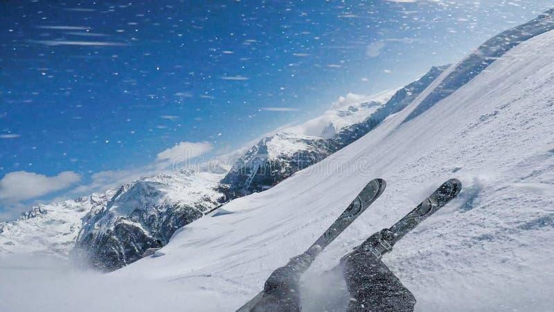 人下来在冬天倾斜有滑雪的奥地利瑟尔登 免版税库存照片