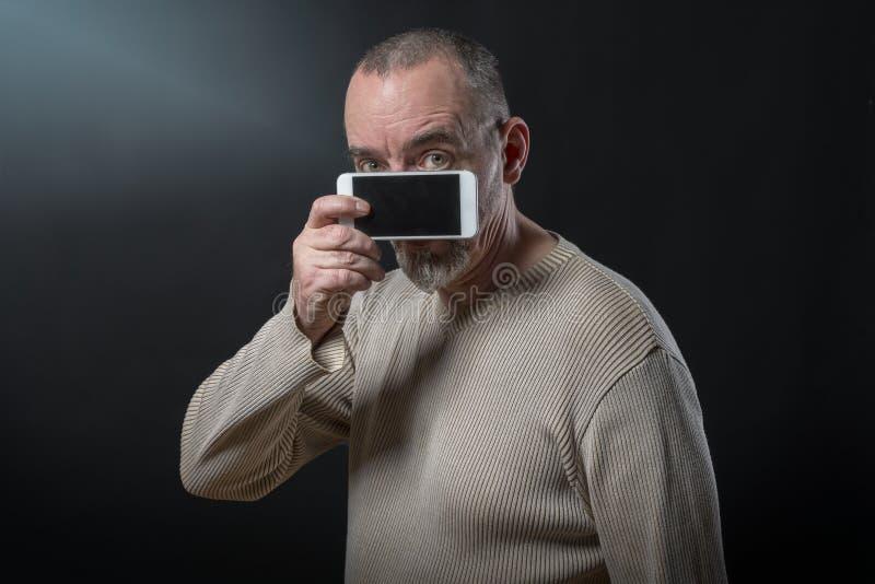人不了解他的智能手机 库存照片