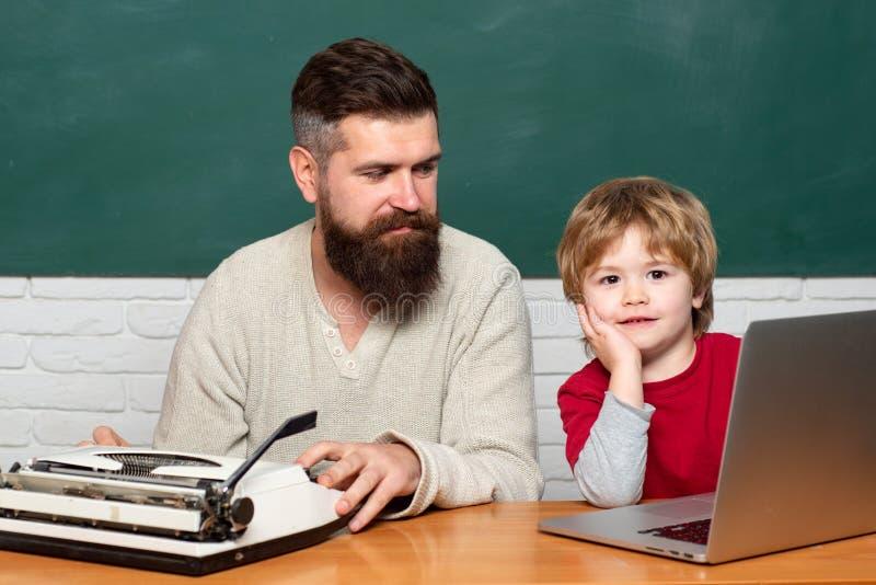 人与学龄前儿童孩子的老师戏剧 人教孩子 r ?? 库存照片