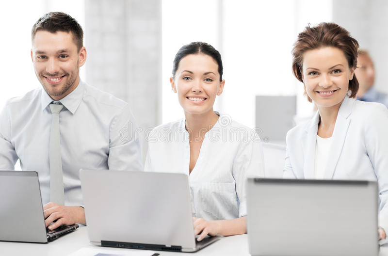 人与膝上型计算机一起使用在办公室 免版税库存照片