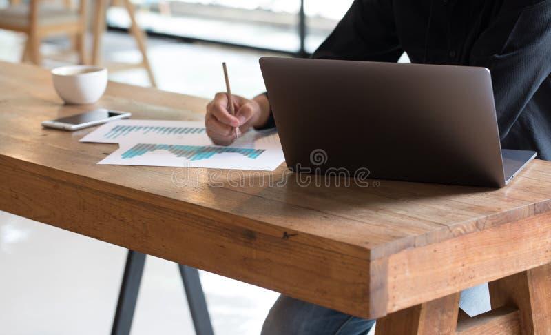 人与计算机和stat数据一起使用关于纸 库存图片