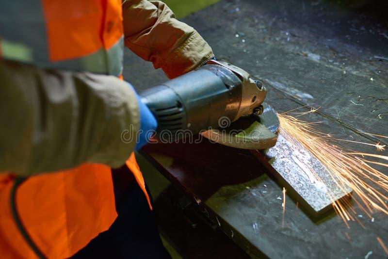 人与金属一起使用在工厂 免版税库存图片
