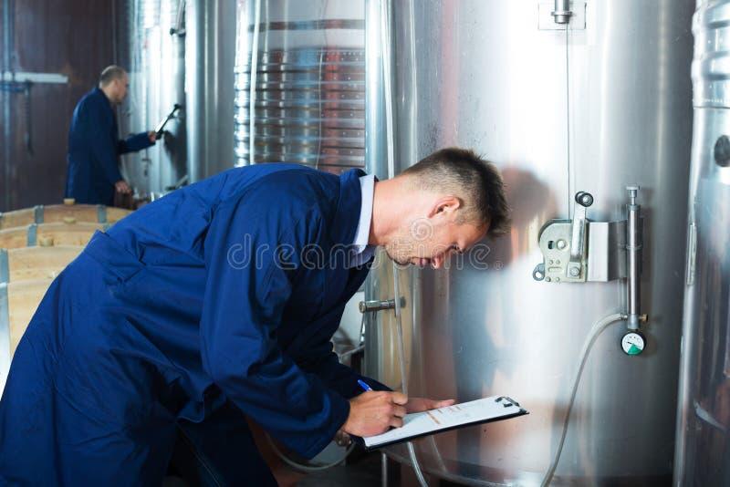 年轻人专家关于酿酒厂 库存图片