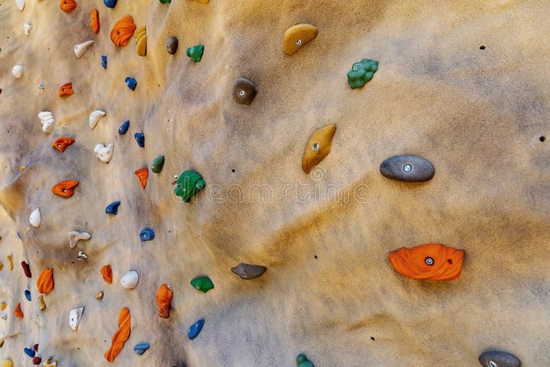 人为上升的bouldering的墙壁 免版税库存照片