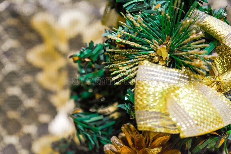 人为圣诞节和新年冷杉木与礼物盒,锥体,金丝带弓 免版税库存照片