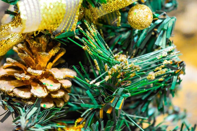 人为圣诞节和新年冷杉木与礼物盒,锥体,金丝带弓 免版税图库摄影