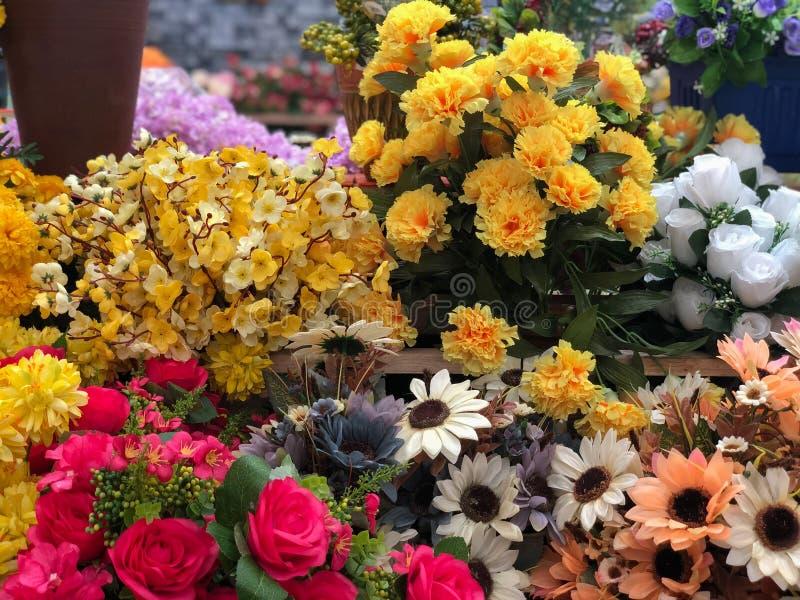 人为塑料花花束 库存图片