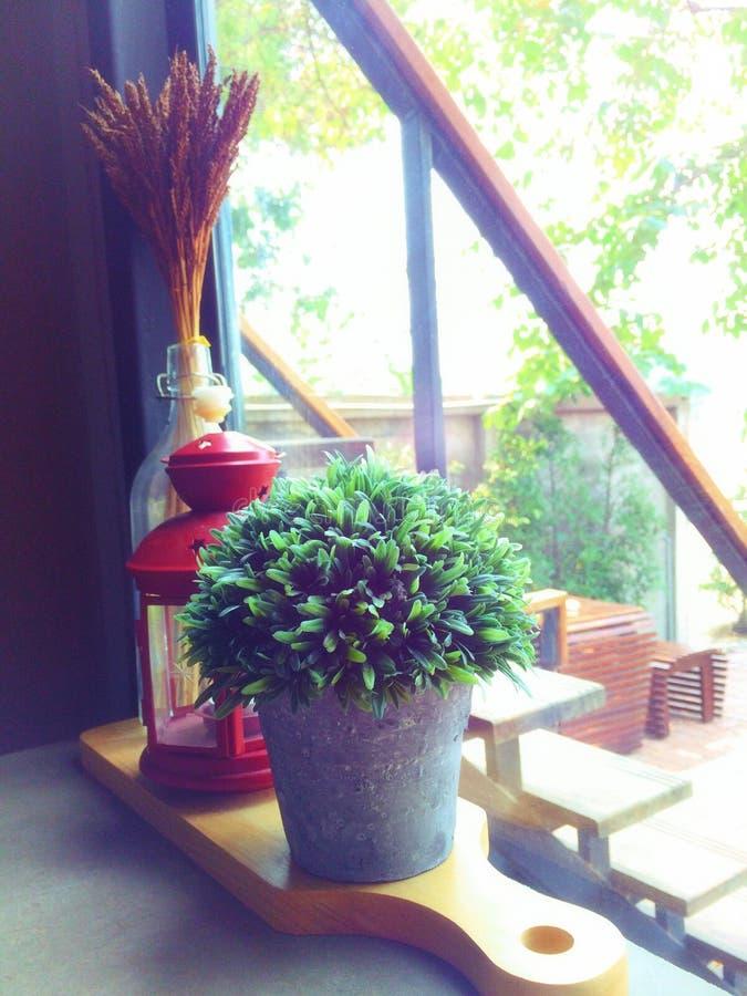 人为盆的植物,灯,在花瓶的干花,安置在一个木切板 与装饰的一个咖啡角落 免版税库存照片
