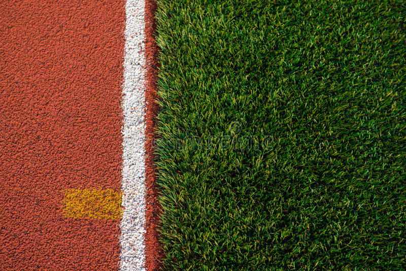 人为草和跑的轨道纹理 免版税库存图片