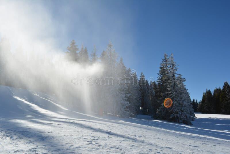 人为雪在天空中 库存图片