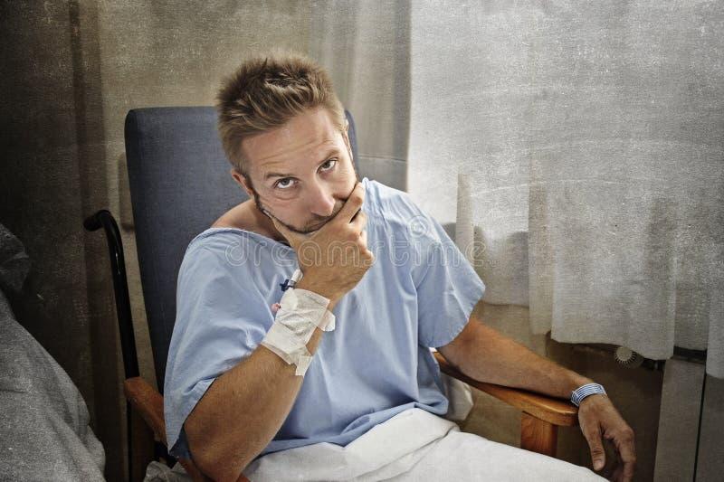 年轻人为他的卫生状况在医房伤害了人单独坐在痛苦中担心的 免版税库存照片
