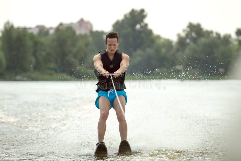 人乘坐的滑水橇 免版税库存图片