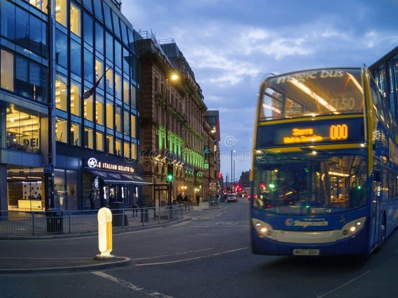 人乘驾JPT城市公共汽车在曼彻斯特, 免版税图库摄影