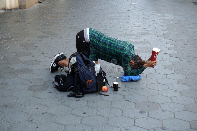 人乞求在巴塞罗那为金钱 免版税图库摄影