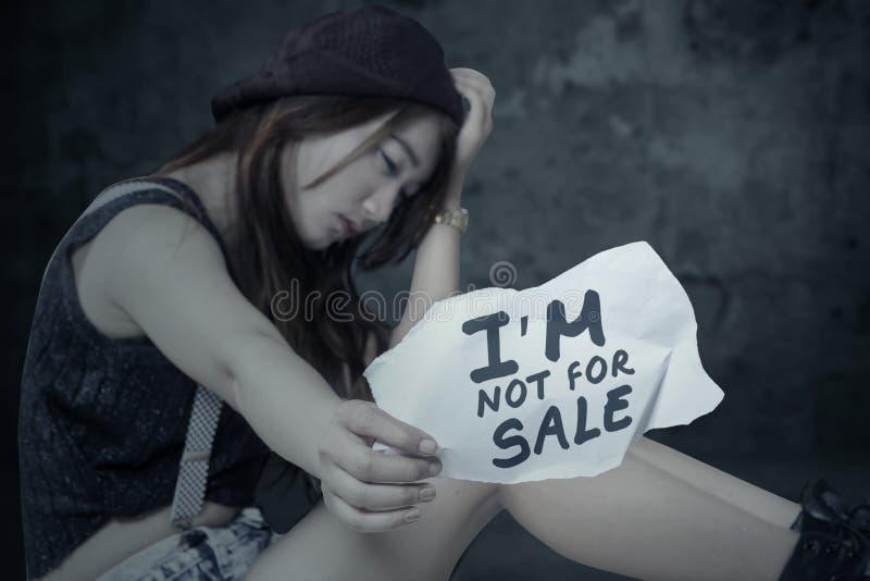人交易的被注重的女孩受害者 免版税库存照片