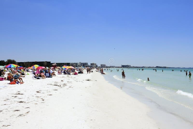 人人群午睡海滩的 库存图片