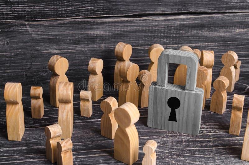 人人群在中心站立并且看挂锁 问题是安全和安全的在社会 财产保管 库存图片