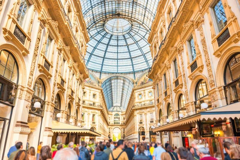人人群在著名购物中心 免版税库存照片