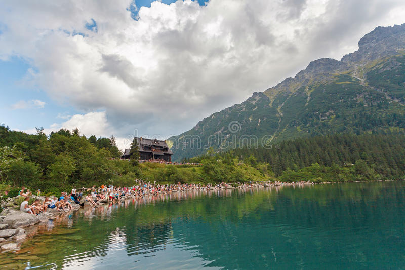 人人群在Morskie Oko湖和旅舍附近的 免版税图库摄影