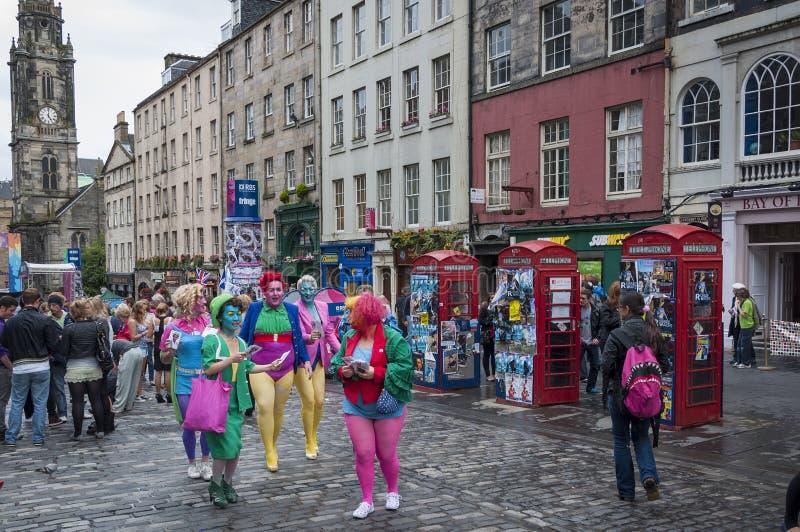 人人群大街的在边缘节日期间在爱丁堡,苏格兰,英国 免版税库存照片