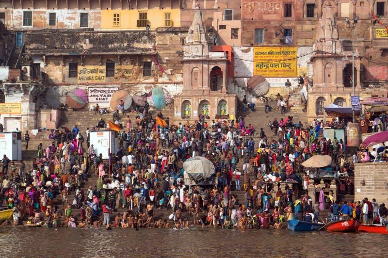 人人群河恒河,瓦腊纳西,印度的堤防的台阶 库存照片