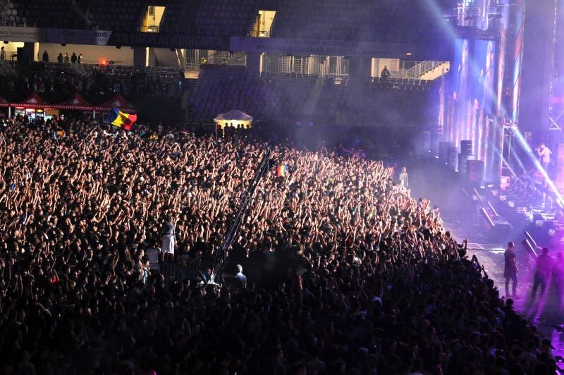 人人群用在音乐会的被举的手 库存照片