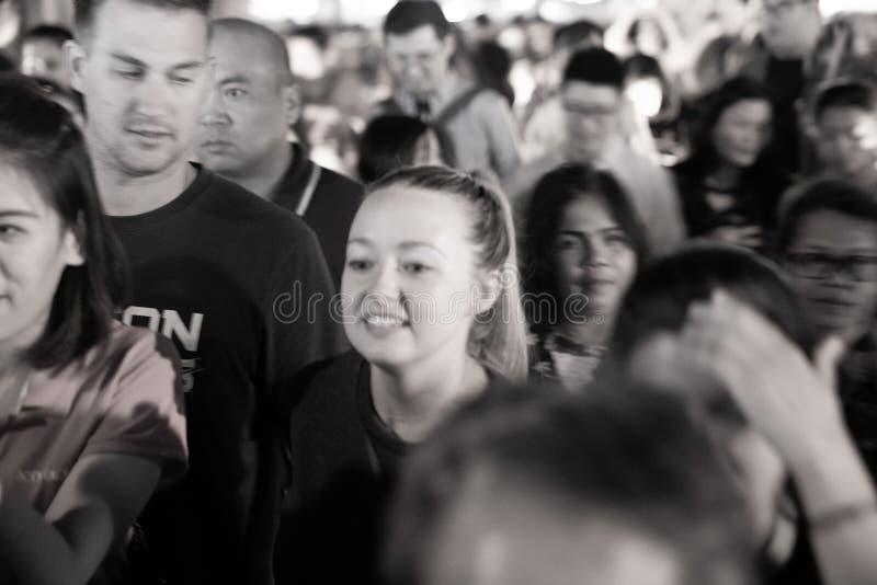 人人群的面孔的粗砂defocused作用夜str的 免版税图库摄影