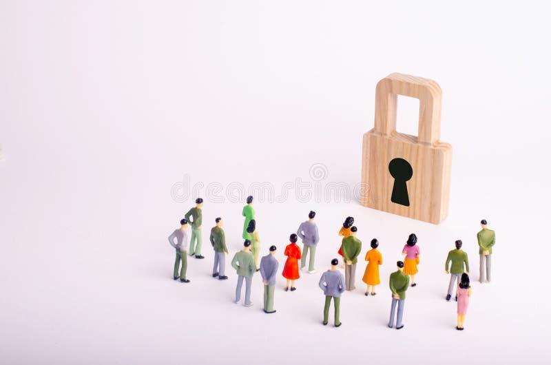 人人群看挂锁 安全、用户个人数据网络安全和保密性的概念  库存图片