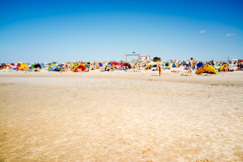 人人群过度拥挤的海滩的 库存照片