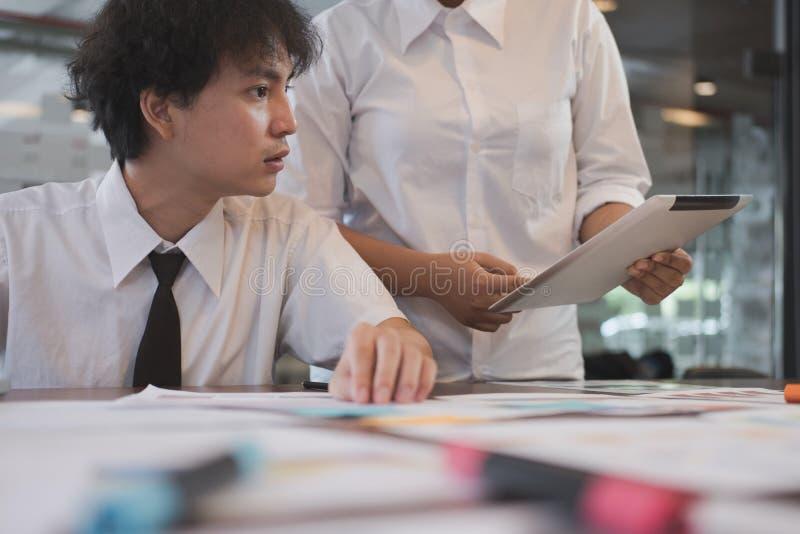 人们与片剂计算机一起使用在工作场所 的商人 库存照片